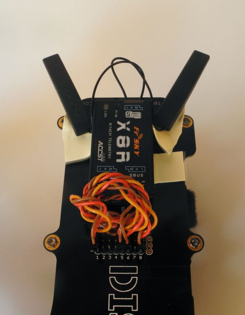 Backend of the Discovery Pro with the FrSky X8R receiver and the two PCB antennas.