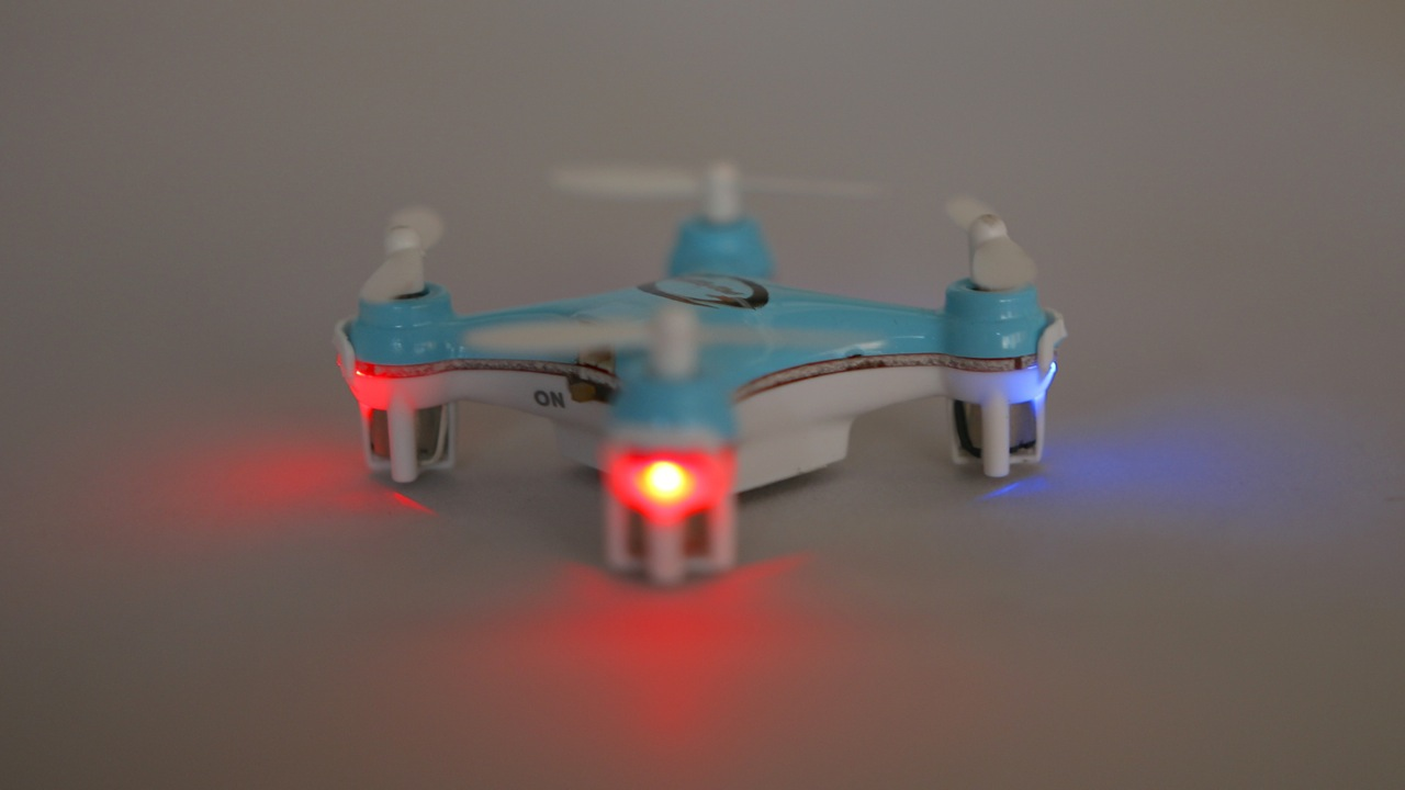 The Blaxter X40 comes with red and blue lights.